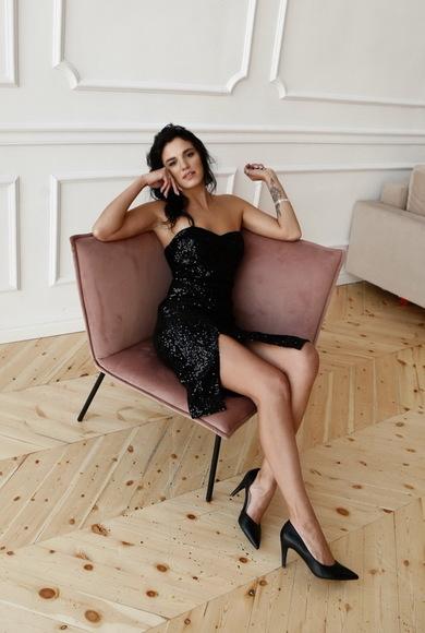 Черное блестящее платье в пайетку с открытыми плечами