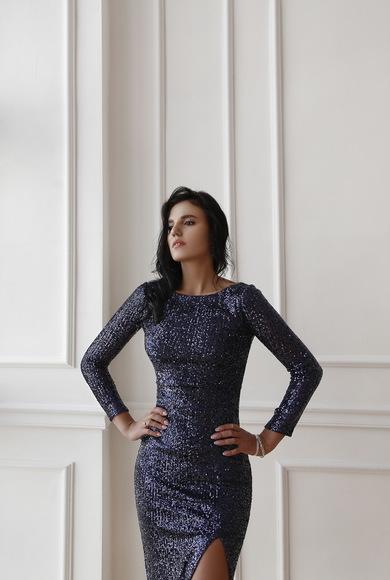 Синее силуэтное платье в пайетку
