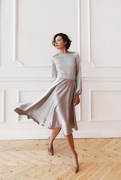 Атласное расклешенное платье миди