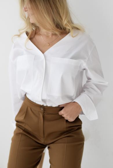 Белая рубашка со спущенным рукавом
